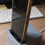 iPhone 5 Case von DesignSkins.com im Dock von hardwrk
